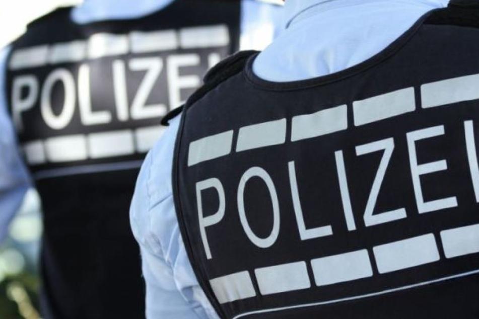 Die Polizei nahm den 22-Jährigen vorläufig fest. Er muss sich wegen gefährlicher Körperverletzung und Beleidigung verantworten. (Symbolbild)