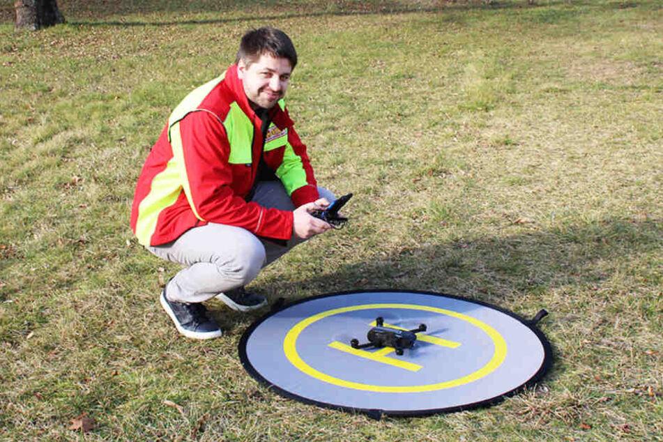 ASB-Koordinator Ralf Rehwagen macht eine Drohne zur Erkundung startklar.