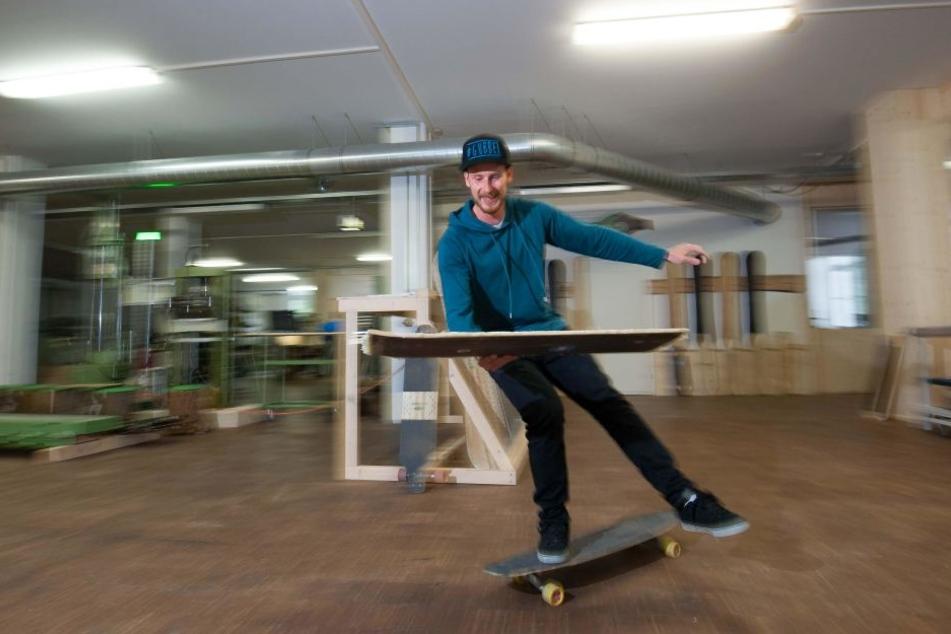 Philipp Marx (25) skatet durch die Halle, um ein Board zur nächsten Produktions- stufe zu bringen.