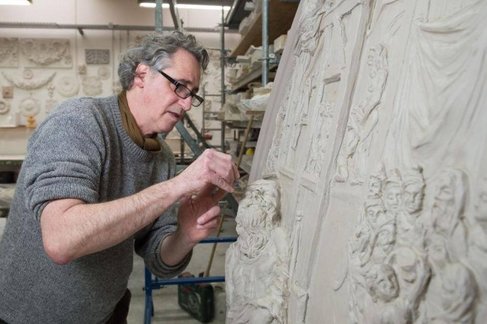 Bildhauer Jan Kretzschmar arbeitet an einer historischen Stuckdecke.