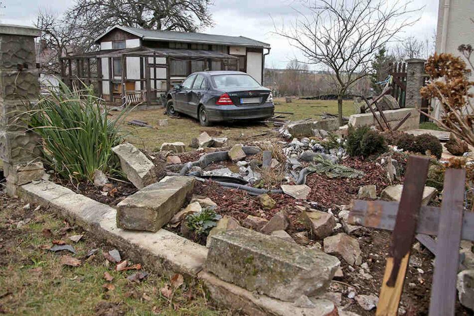 Der Mercedes durchbrach eine Mauer und einen Zaun und blieb erst mitten im Grundstück stehen.