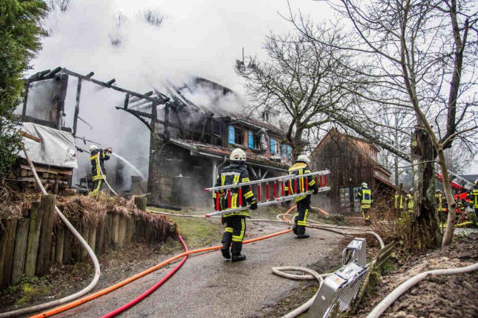 Die Scheune brannte nieder, ein Wohnhaus wurde stark beschädigt.