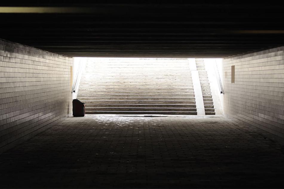 Im Bereich einer Tunnel-Unterführung hielt ein Unbekannter die 22-Jährige fest und begrapschte sie. (Symbolbild)