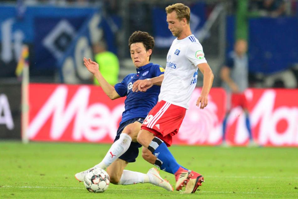 Matti Steinmann (r) beim Spiel Saisonauftakt gegen Holstein Kiel im Volksparkstadion.