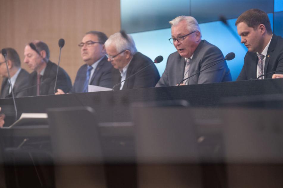 Unterhalten Mitarbeiter der AfD-Landtagsfraktion (im Bild als Zweiter von rechts: der Fraktionsvorsitzende Bernd Gögel) Kontakte in die rechtsextreme Szene?