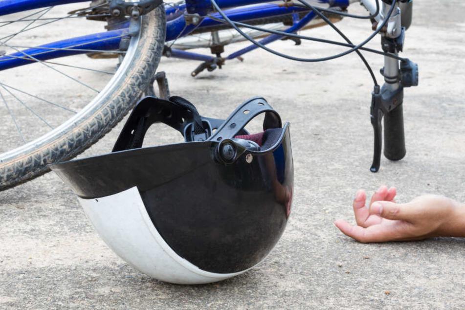Eine Autofahrerin fand den 61-Jährigen regungslos neben seinem Fahrrad am Straßenrand im Ortsteil Arnshaugk. (Symbolbild)