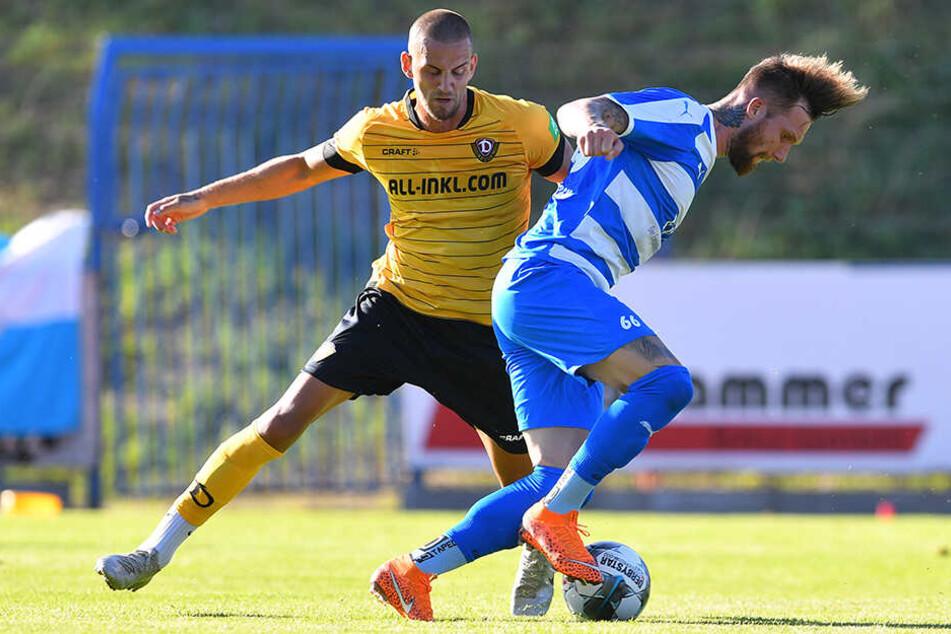Dynamo-Kicker René Klingenburg im Zweikampf mit Nordhausens Jan Löhmannsröben.