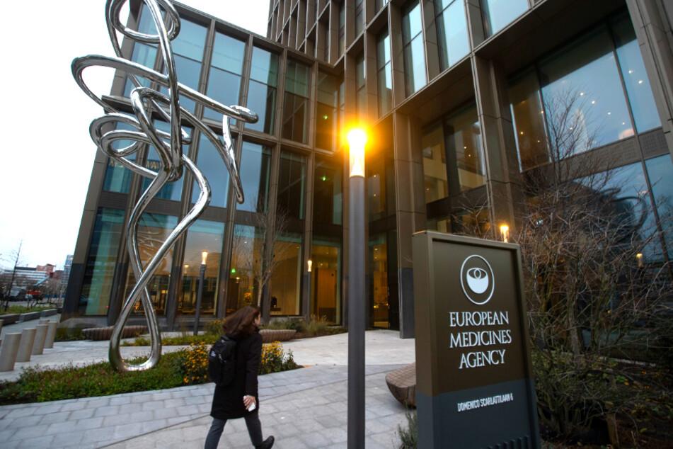 Niederlande, Amsterdam: Eine Person geht auf den Eingang der Europäischen Arzneimittelbehörde (EMA) zu.