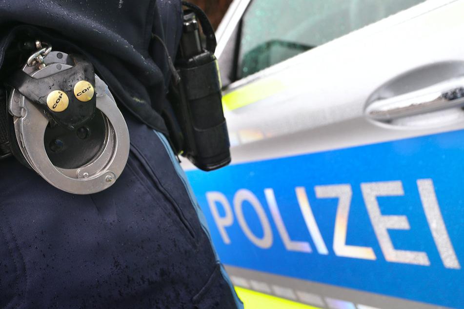 Mundschutz runtergerissen und angespuckt: Angreifer bricht Mann die Nase und mehr