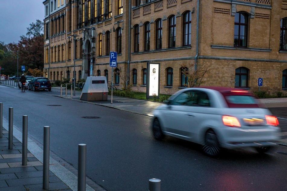 Auf der Straße vor der Leipziger Uniklinik sind gerade einmal 20 Kilometer pro Stunde erlaubt.