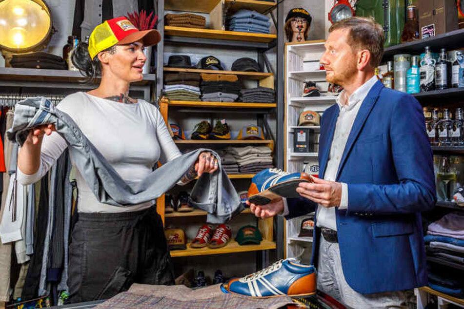 """Hier schaut auch mal Ministerpräsident Michael Kretschmer (46, CDU) rein: Auch Mandy Ehmann (34) nimmt mit ihrem Tattoo Studio """"Erika und Kurt"""" im Barockviertel an der Dresdner Cocktailnacht teil."""