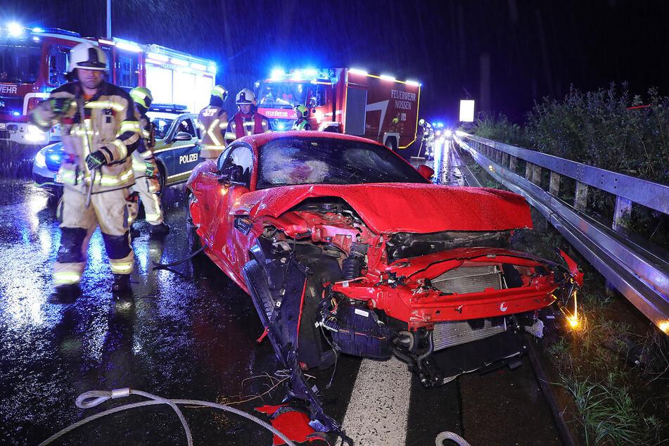 Der rote Jaguar prallte nach der Kollision mit dem Sattelzug gegen die Mittelleitplanke und kam dort schließlich zum Stehen.