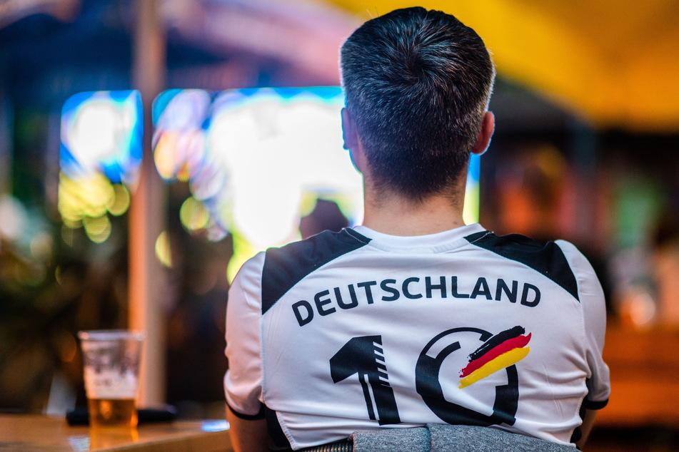 Ein Deutschland-Fan schaut im Miramar ein EM-Spiel der DFB-Elf.