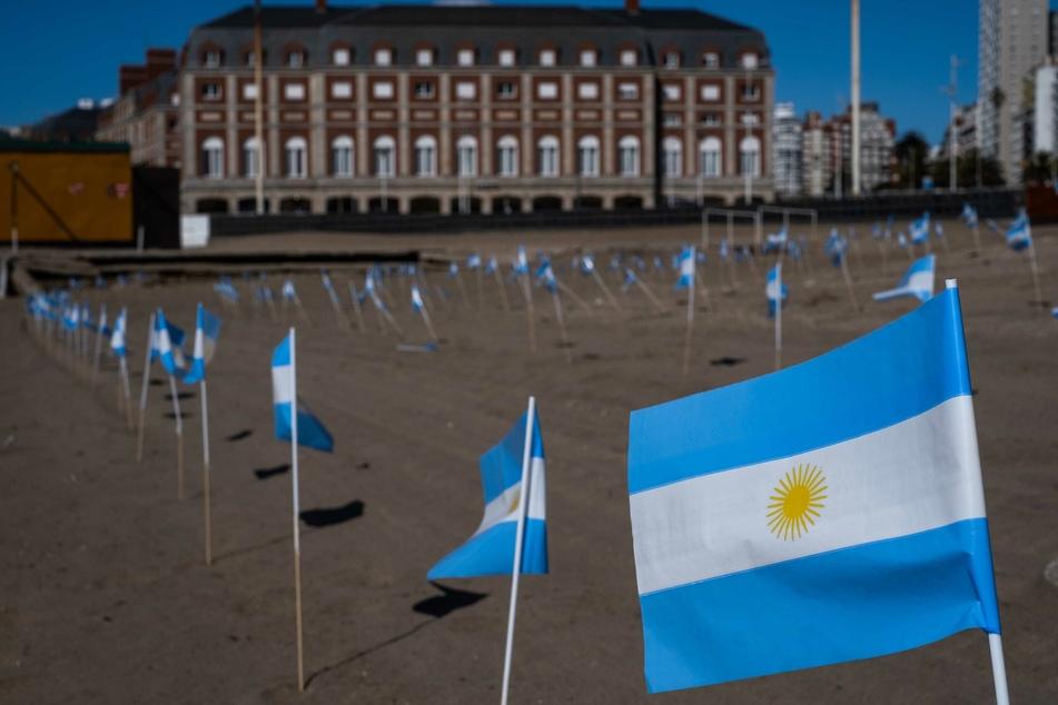 Kleine argentinische Fahnen stehen symbolisch am Strand für die 504 Coronavirus-Todesopfer der Küstenstadt Mar del Plata.