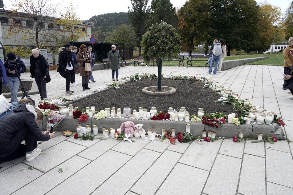 In Gedenken an die Opfer wurden Blumen und Kuscheltiere niedergelegt sowie Kerzen angezündet.