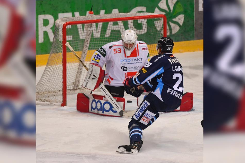 Eislöwen-Verteidiger Kevin Lavallee schobt die Scheibe hier Nauheims Keeper Bastian Kucis durch die Beine.
