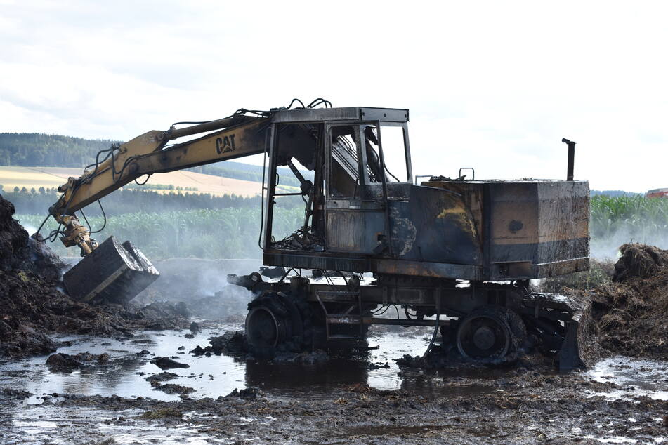 Erzgebirge: Bagger fackelt ab und setzt Misthaufen in Brand