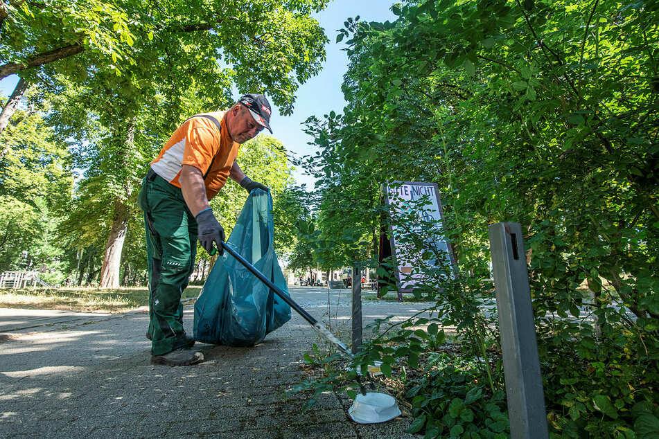 """Er ist die gute Seele vom Lessingplatz: Michael Gehre (54) reinigt hier, kümmert sich auch um den """"trendigen"""" To-go-Abfall."""