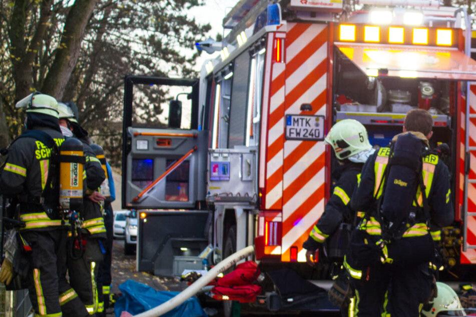 Das Bild zeigt Einsatzkräfte der Feuerwehr am Brandort in Eschborn.