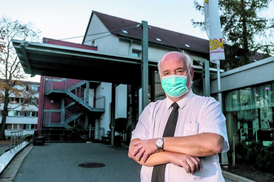 ASB-Chef Gunter Melzer (64) erhebt schwere Vorwürfe gegen die Stadt und das Gesundheitsamt.