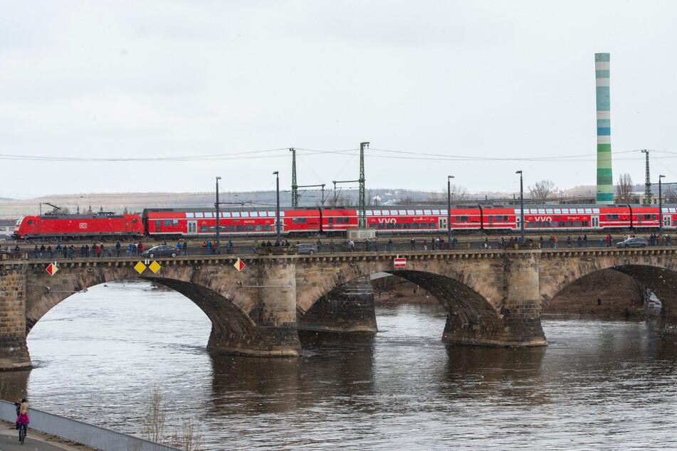 Dresden: Mann will sich von Marienbrücke stürzen: Feuerwehr und Polizei im Einsatz