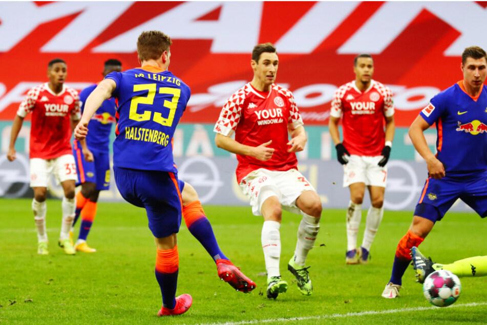 Die Führung für RB! Marcel Halstenberg (Nr. 23) erzielt das 2:1 für Leipzig.