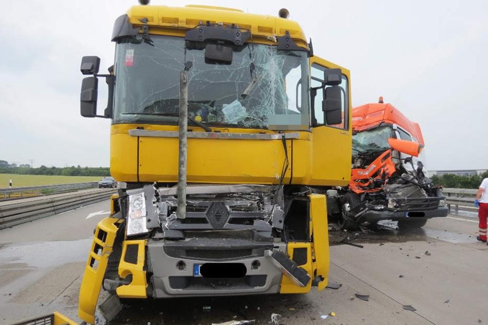 Weil er das Stauende übersah, krachte ein Lkw-Fahrer auf einen vor ihm haltenden Sattelschlepper.
