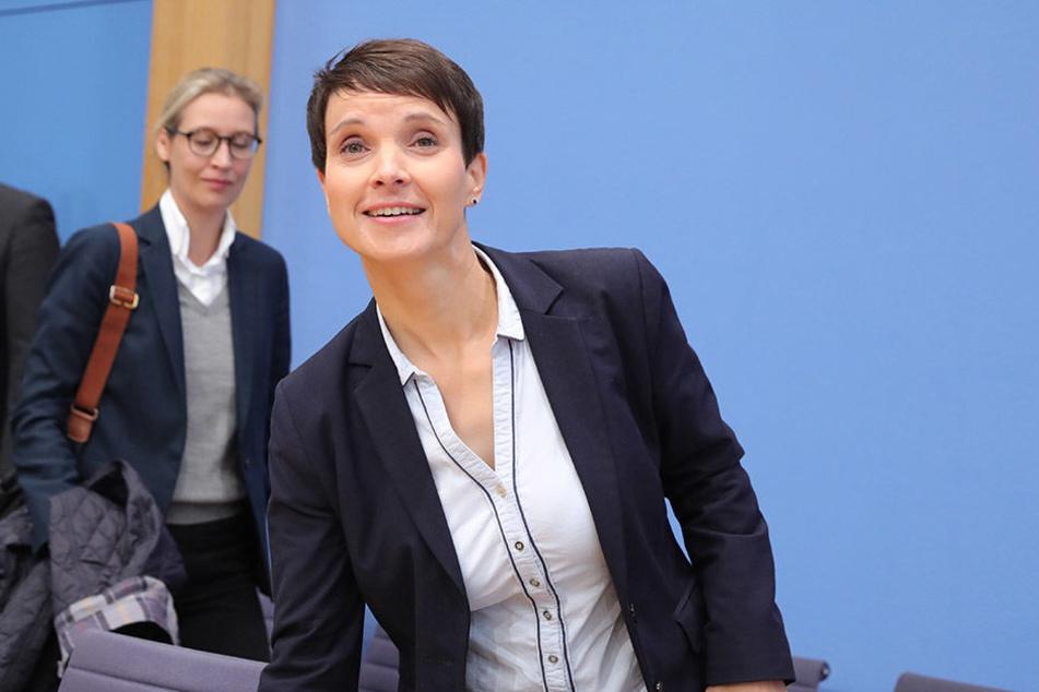 Frauke Petry (vorn), im Hintergrund ist Alice Weidel zu sehen.