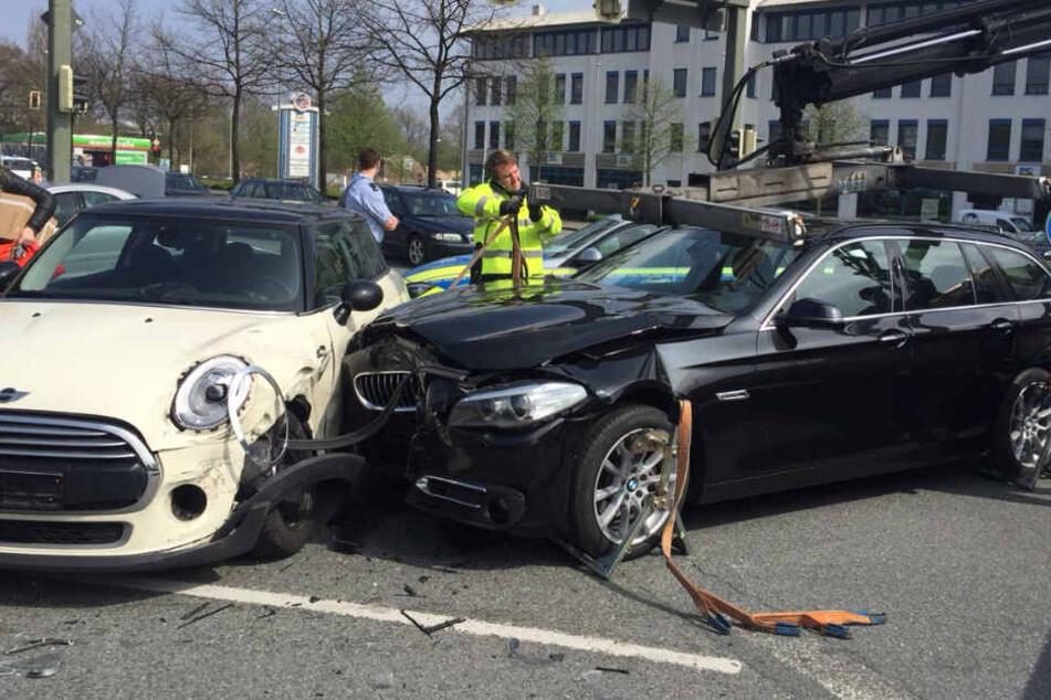 Der schwarze BMW 5er krachte in die Fahrerseite des Minis.