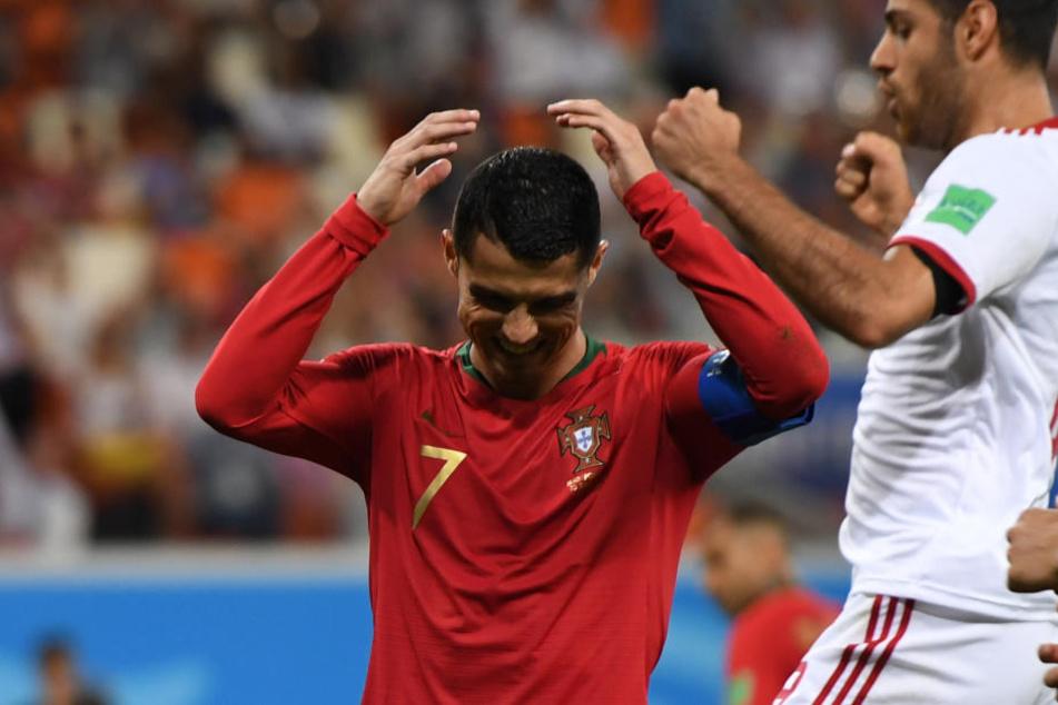 Cristiano Ronaldo aus Portugal ärgert sich über seinen verschossenen Elfmeter.