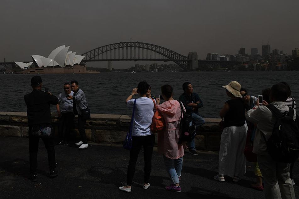 Der Sandsturm über der Stadt wurde zur Touristenattraktion.