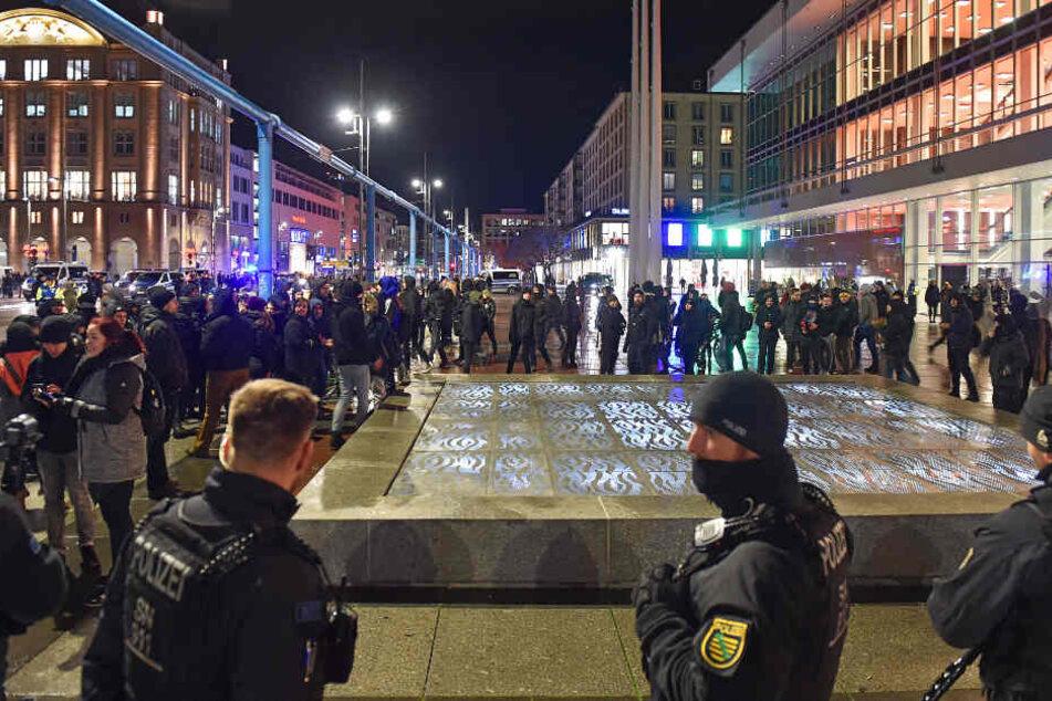 13. Februar 2020: Polizeiaufgebot und assiver Gegenprotest in der Altstadt von Dresden während des PEGIDA-Gedenkens an die Bombennacht vom 13. Februar 1945.