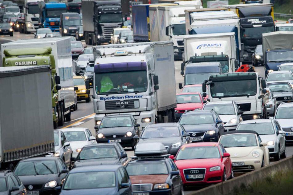 Der Verkehr auf der A3 staut sich seit dem Unfall mehrere Kilometer lang. (Symbolbild)