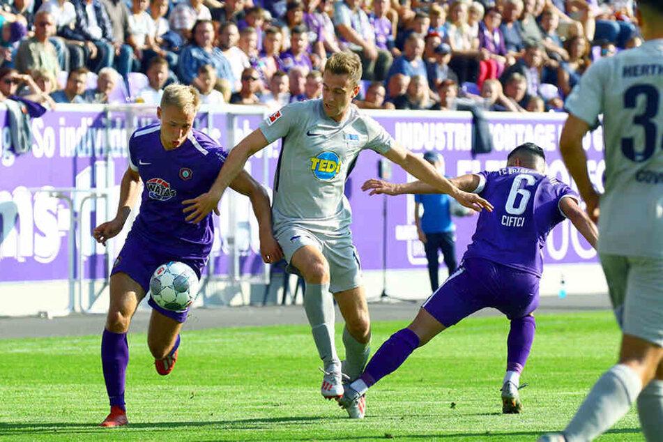 Florian Krüger (l.) zieht an Herthas Lukas Klünter vorbei - diese Zielstrebigkeit im Vorwärtsgang fordert FCE-Trainer Daniel Meyer.
