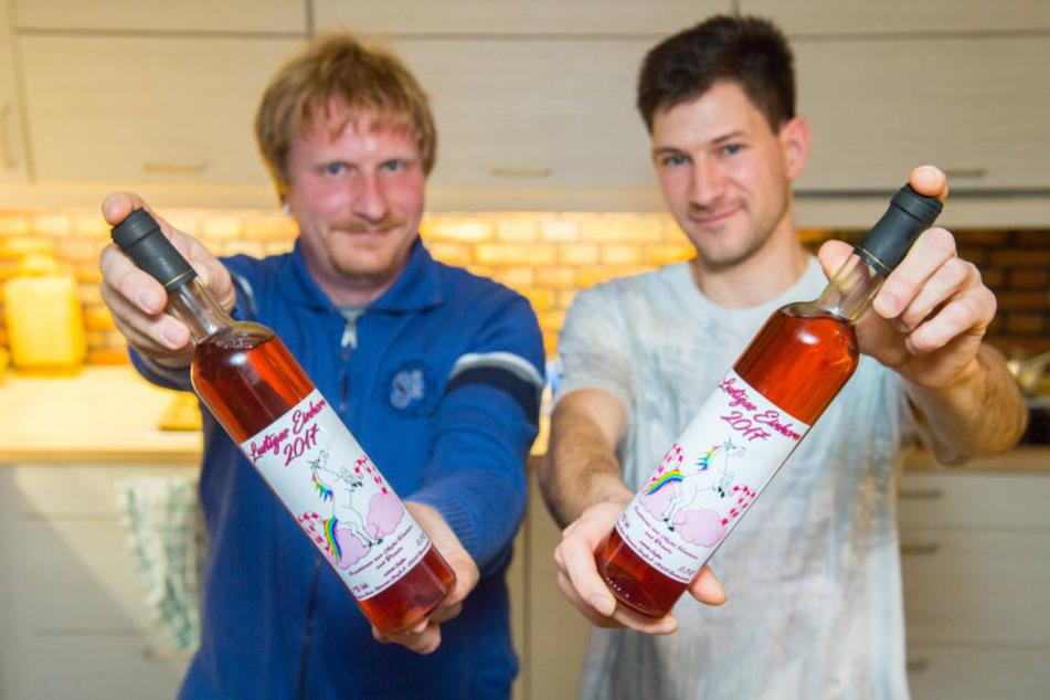 """Tobias Bucher (35, l.)und Stephan Boden (31) keltern jetzt """"Einhorn-Wein"""" im Erzgebirge."""