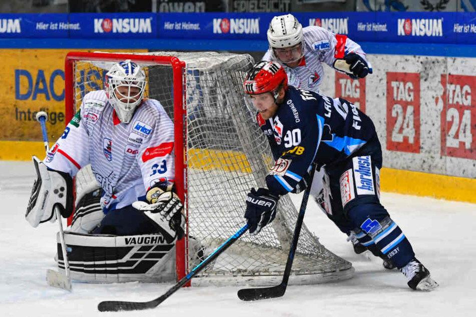 Eislöwen-Top-Stürmer Mario Lamoureux (blaues Dress) half zuletzt mit zwei Toren und zwei Vorlagen die Heilbronner Falken mit 8:5 abzuschießen.
