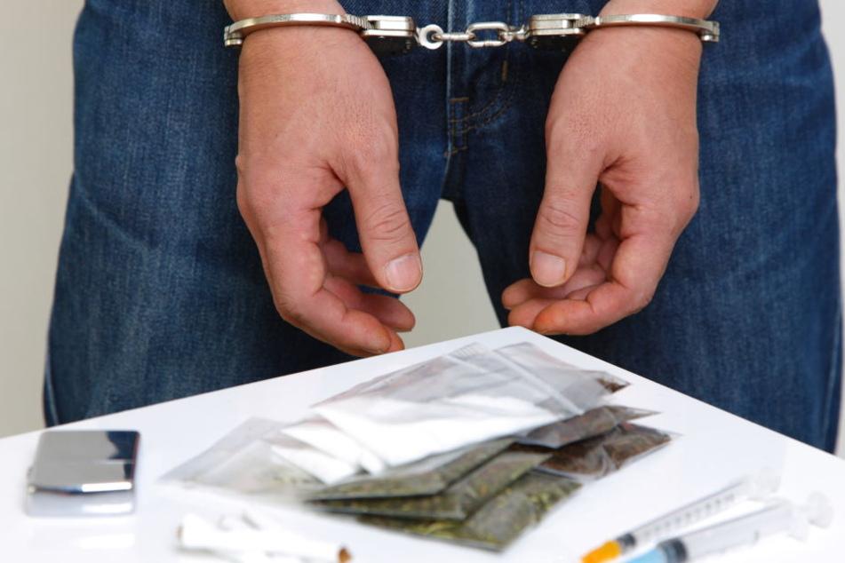 Die Polizei hat den 31-Jährigen festgenommen. In seinem Pkw und seiner Wohnung wurden Drogen und Datenträger gefunden. (Symbolbild)