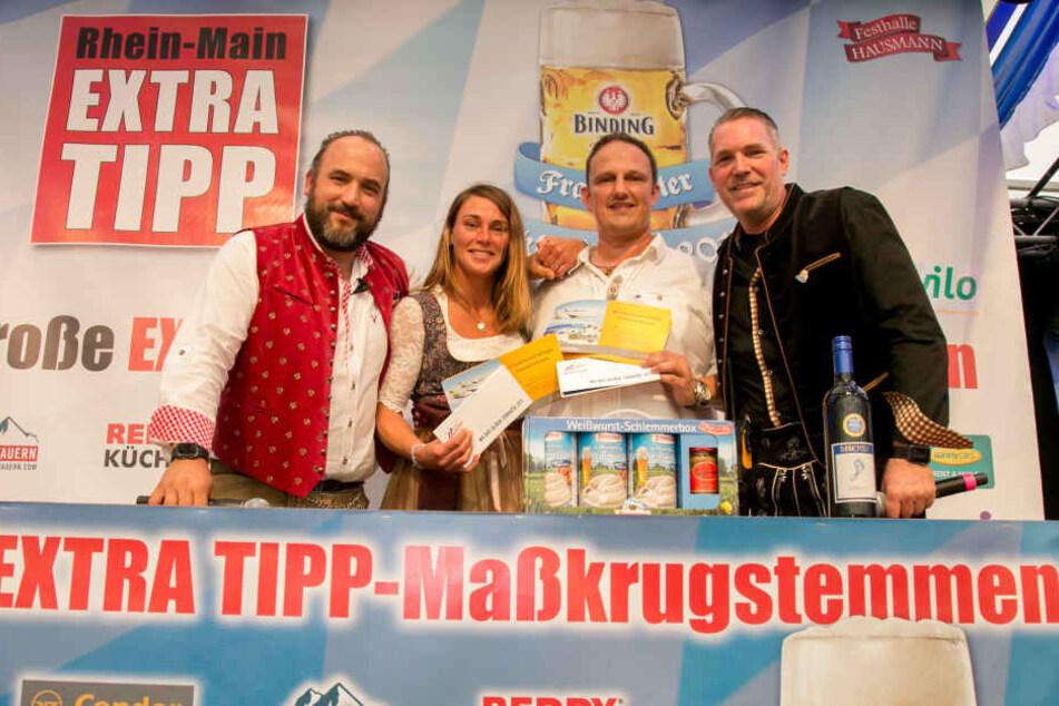 Alles im Griff: Die strahlenden Gewinner im Maßkrugstemmen Nadine Ziegler (zweite von links) und Oliver Riff (zweiter von rechts).
