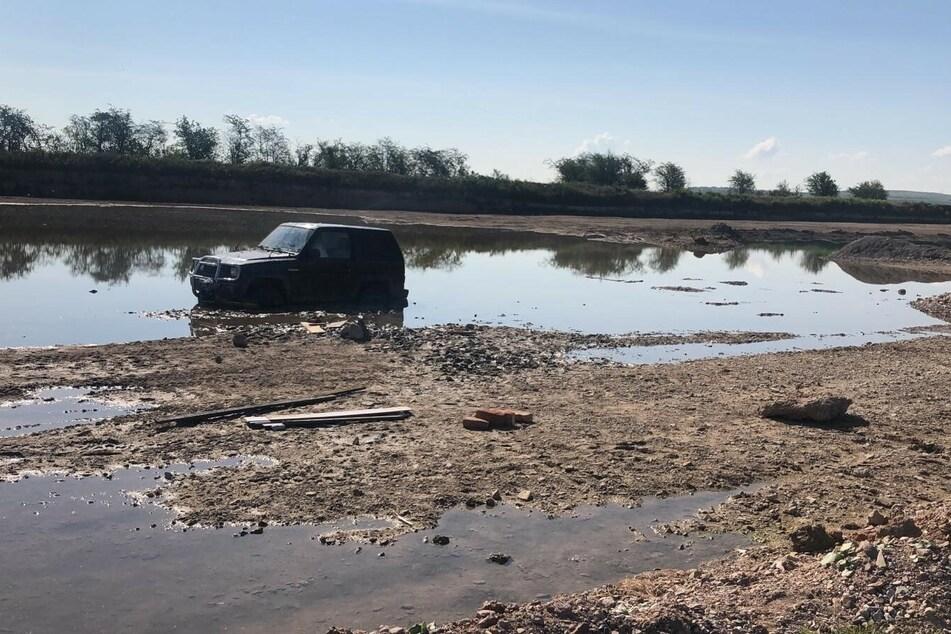 Das Auto blieb im See stecken.