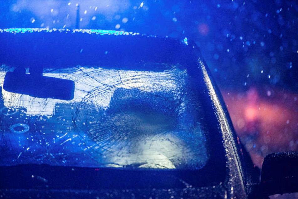 Die 87 und 88 Jahre alten Frauen wurden am Dienstagabend von dem Auto erfasst, die Scheibe ist eingedrückt.