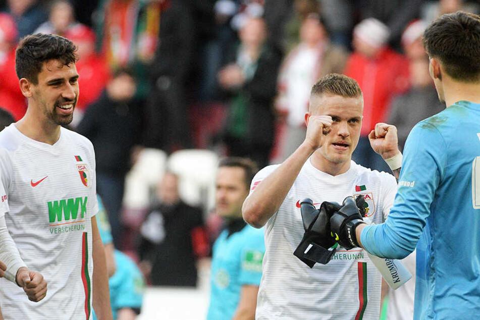 Jubel und Erleichterung über den erhofften Befreiungsschlag: Der FC Augsburg bezwang Hannover 96 mit 3:1.