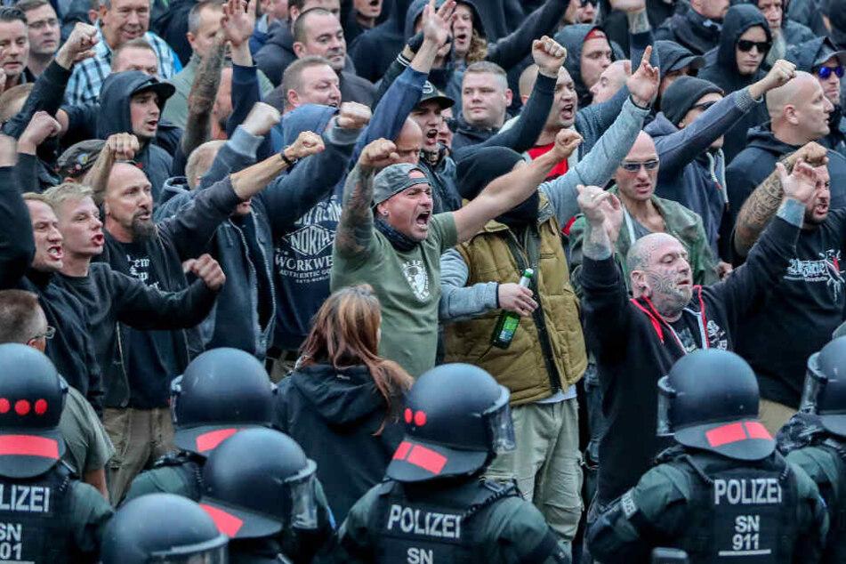 Dresden, August 2018: Demonstranten der rechten Szene drohen Gegendemonstranten Gewalt an.