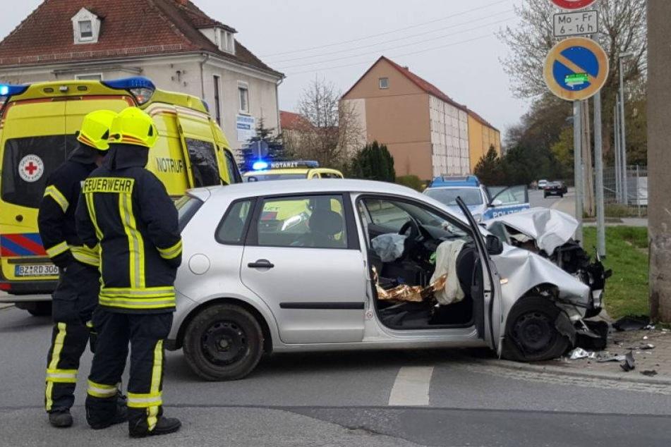 VW-Fahrerin kracht gegen Betonmast: Schwer verletzt
