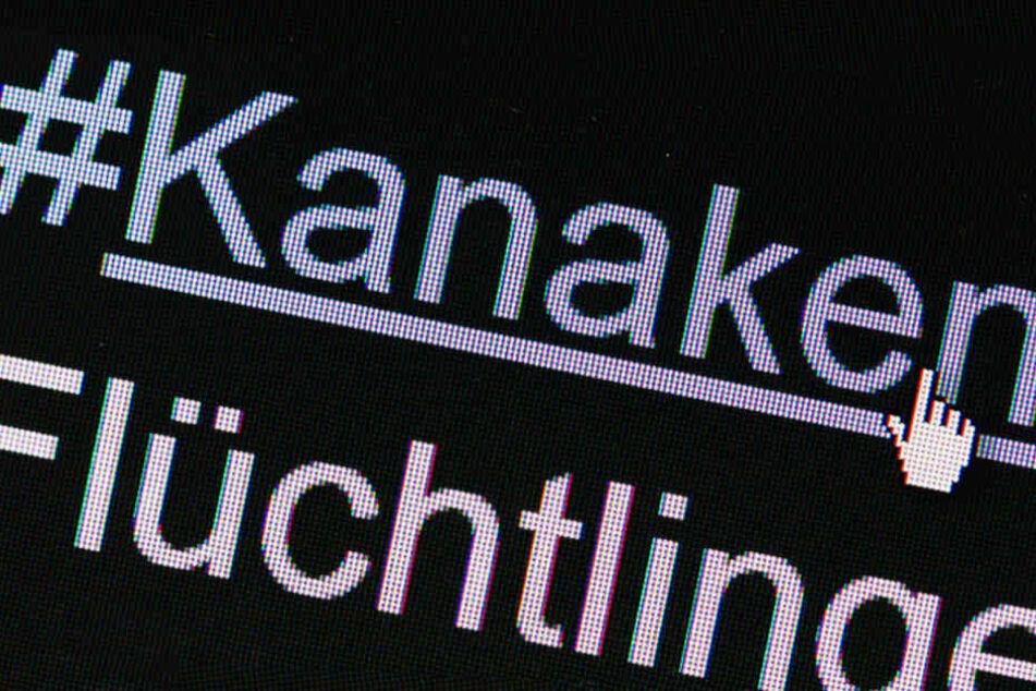 """Der Hashtag """"#Kanaken"""" auf einem Bildschirm über dem Schriftzug """"Flüchtlinge"""" in Berlin auf einem Computer zu sehen."""