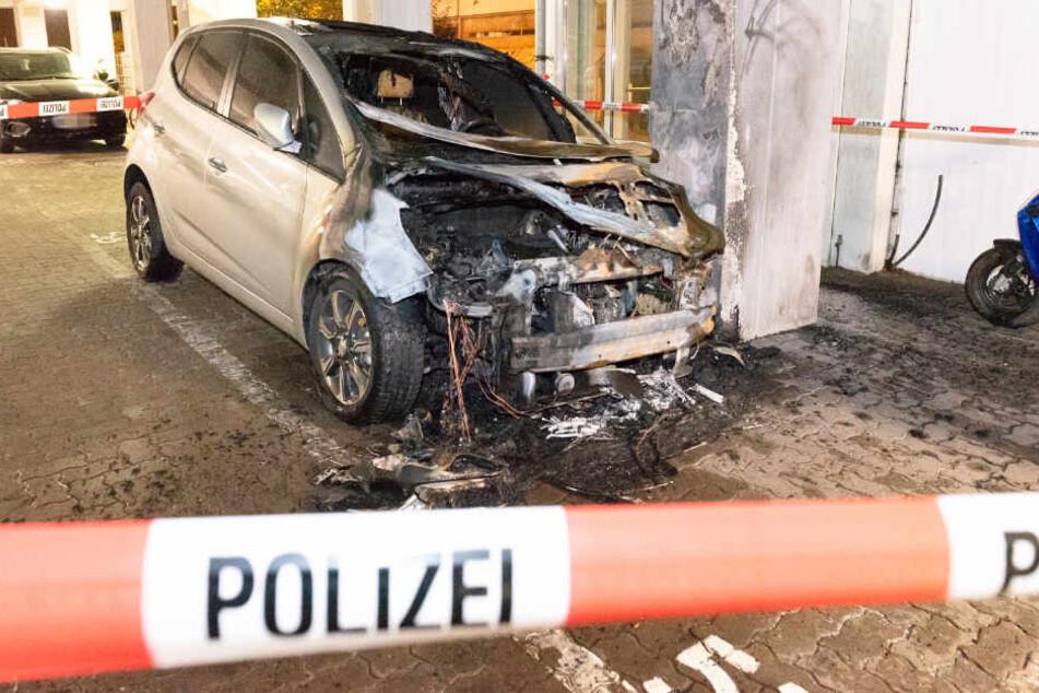 Das Auto wurde bei dem Feuer zerstört.