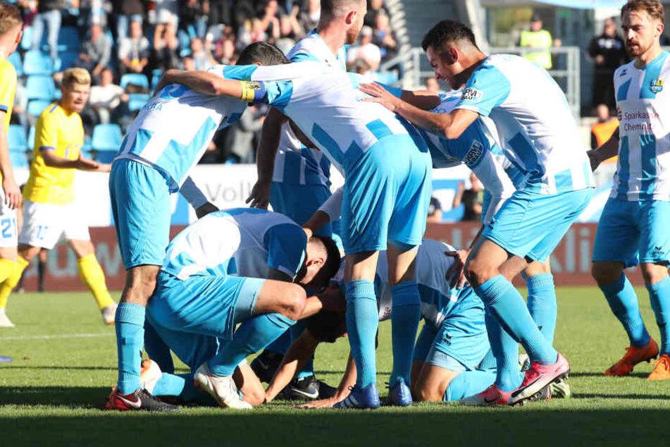 Der Torschütze zum 2:0 für den CFC, Dejan Bozic, am Boden umringt von seinen Mitspielern.