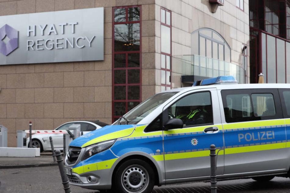 Polizei vor dem Hyatt Regency in Köln-Deutz, nachdem Barack Obama im Luxushotel eingetroffen ist.