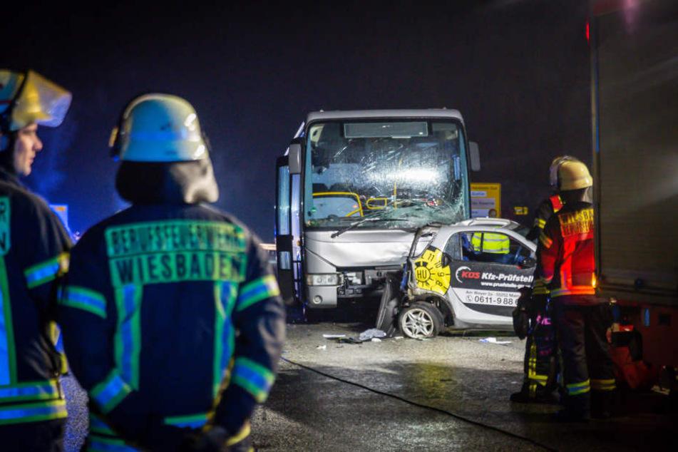 Smart-Fahrer schleudert mit Wagen gegen Bus und stirbt