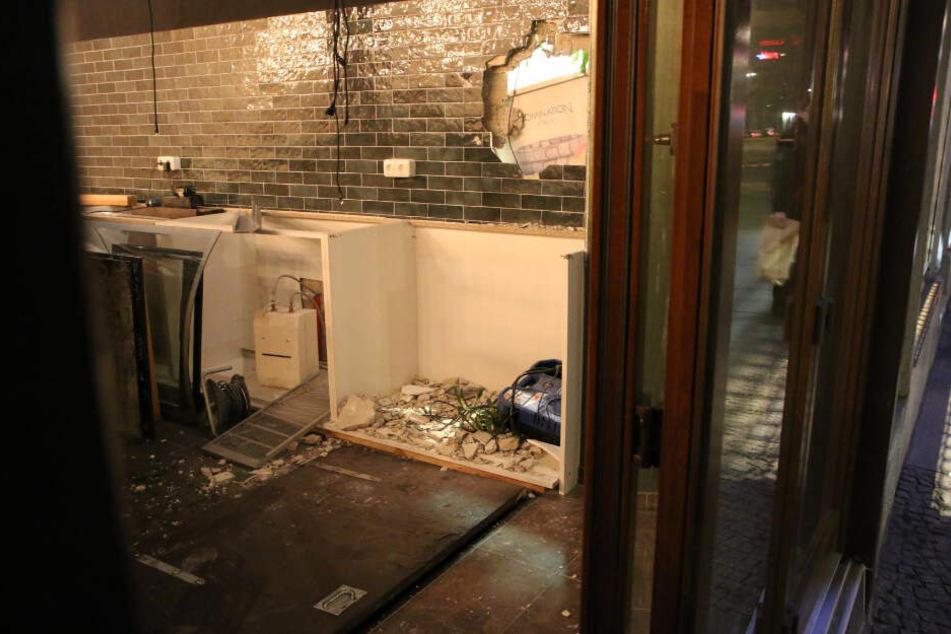 Die Täter Schlugen ein Loch in die Wand.