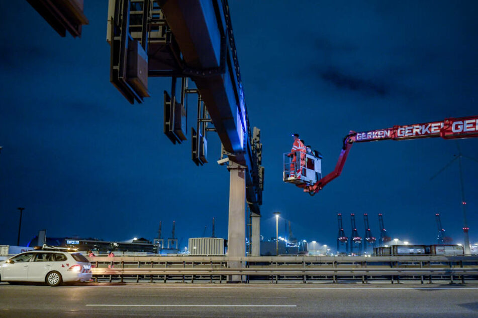 Techniker arbeiten an den Lichtzeichenanlagen auf der Autobahn A7 vor dem Elbtunnel.